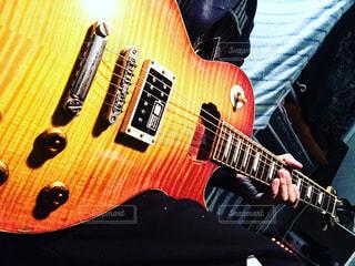 ギターを持っている人の写真・画像素材[1005593]