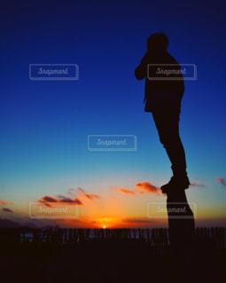 日没の前に立っている男の写真・画像素材[1005595]