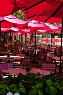 ピンクパラソルとテーブルの写真・画像素材[1006875]