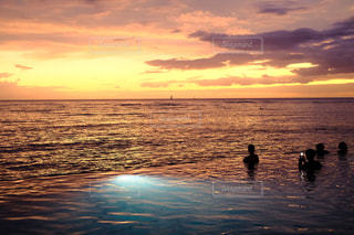 ビーチに沈む夕日の写真・画像素材[1013234]