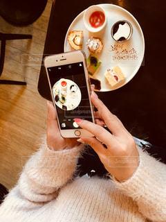 携帯電話を持つ手の写真・画像素材[1020933]