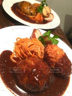 テーブルの上に食べ物のプレート - No.1121348