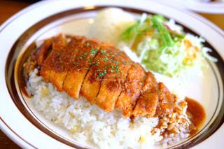 テーブルの上に食べ物のプレートの写真・画像素材[1188081]
