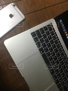 テーブルの上に座っているノートパソコンの写真・画像素材[1251311]