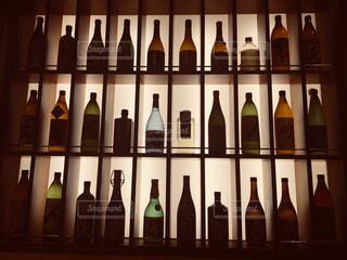 ワインのボトルとガラスの陳列ケースの写真・画像素材[1254276]