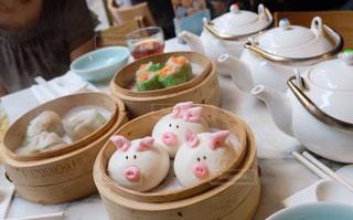 テーブルの上に食べ物の写真・画像素材[1398062]
