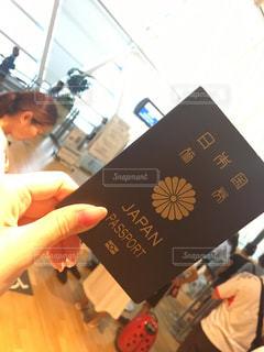 パスポートを持っている手の写真・画像素材[1482882]