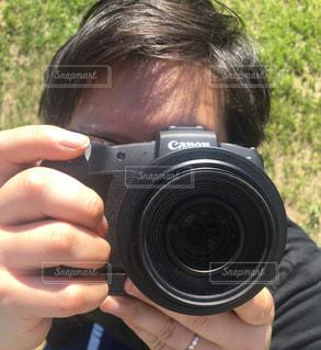 カメラを持った手の写真・画像素材[2360223]