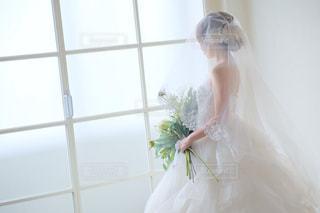 白いドレスを着た人の写真・画像素材[2371637]