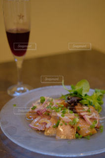 食べ物の皿とワイン1杯の写真・画像素材[2437499]