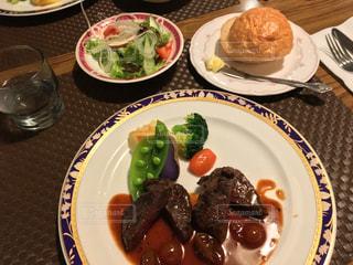 テーブルの上に食べ物のプレートの写真・画像素材[1730852]