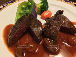 肉と野菜をトッピング白プレートの写真・画像素材[1732962]