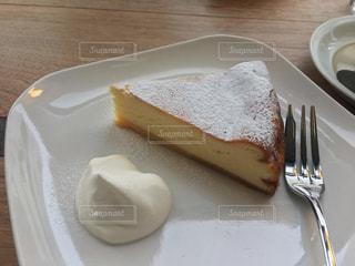 皿の上のケーキの一部の写真・画像素材[1874675]