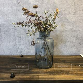 テーブルの上の花の花瓶の写真・画像素材[1005460]