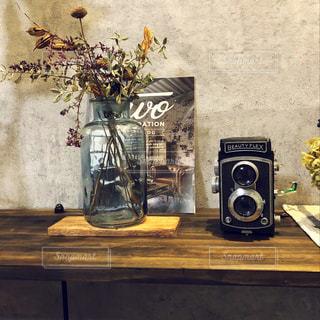 テーブルの上の花の花瓶の写真・画像素材[1005462]