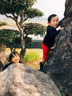 岩の上で遊んでいる子供の写真・画像素材[1082899]
