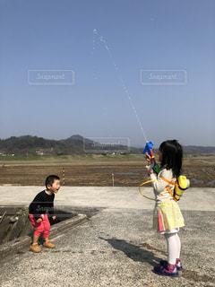 水鉄砲で遊ぶ姉と弟の写真・画像素材[1082900]