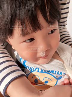風邪をひいて体温を測る子供の写真・画像素材[1095493]