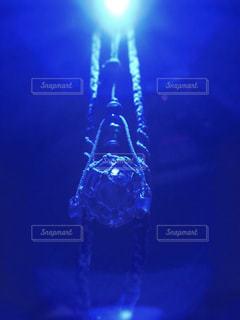 青色のライトに照らされたガラスの浮き玉の写真・画像素材[1097452]