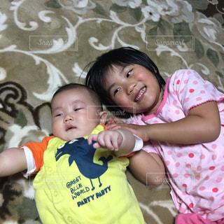 弟が大好きなお姉ちゃんの写真・画像素材[1109939]