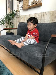ソファに座っている少年の写真・画像素材[1139097]