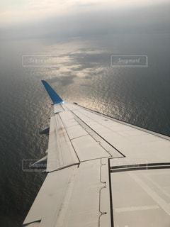 飛行機の翼と水面の写真・画像素材[1165972]
