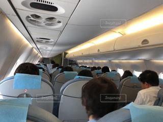 飛行機の機内で座っている人々の写真・画像素材[1165986]
