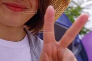 笑顔でピースサインの写真・画像素材[1205850]