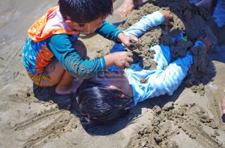 砂で遊ぶ兄弟の写真・画像素材[1317693]