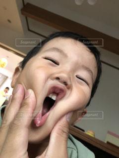 変顔をして遊ぶ子供の写真・画像素材[1344241]