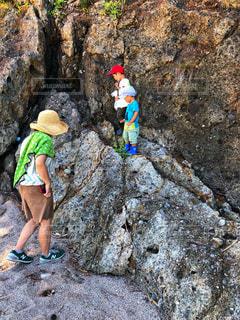 岩の上に立っている人の写真・画像素材[1428916]