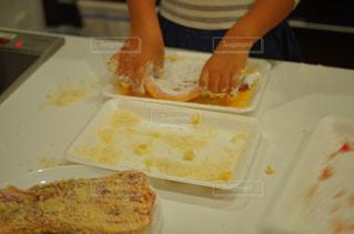 キッチンで料理の手伝いをする女の子の写真・画像素材[1625416]