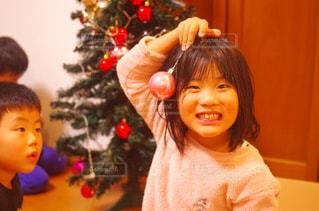 クリスマスツリーの飾り付けをする兄弟の写真・画像素材[1670272]