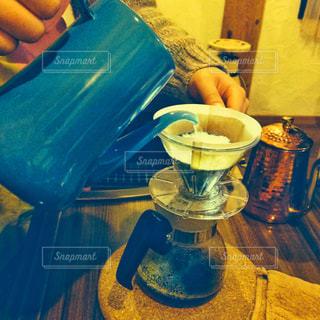テーブルの上のコーヒーの写真・画像素材[1697474]