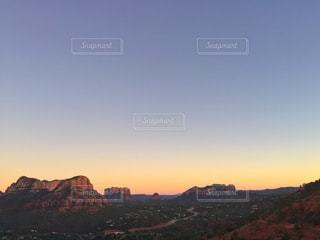 背景の大きな山の写真・画像素材[1697552]