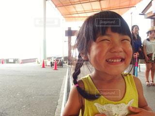 カメラに向かって全力笑顔の写真・画像素材[1730848]