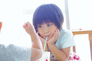 ジュースを飲む子供の写真・画像素材[1733827]