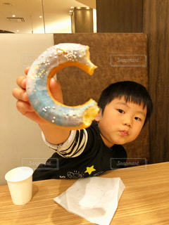 ドーナツを食べる少年の写真・画像素材[1754108]