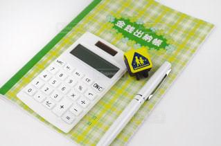 家計の管理 家計簿と電卓の写真・画像素材[2121128]