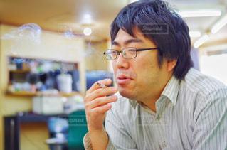 タバコを吸う人の写真・画像素材[2174768]