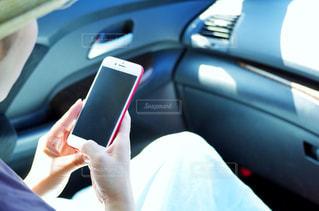 スマートフォンを操作する女性の写真・画像素材[2234928]