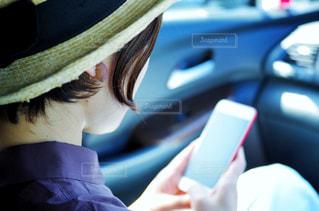 スマートフォンを操作する女性の写真・画像素材[2234929]