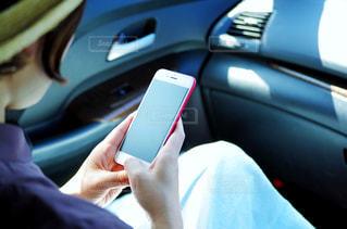 スマートフォンを操作する女性の写真・画像素材[2234930]