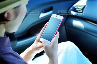 スマートフォンを操作する女性の写真・画像素材[2234931]