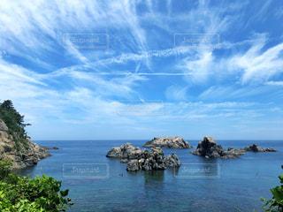 岩場のある海と夏空の写真・画像素材[2327474]