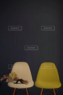 2つの椅子 黒壁とドライフラワーの写真・画像素材[2511265]