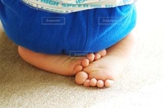 正座する子供 足の裏の写真・画像素材[2512879]