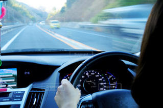 車を運転する人の写真・画像素材[2897924]
