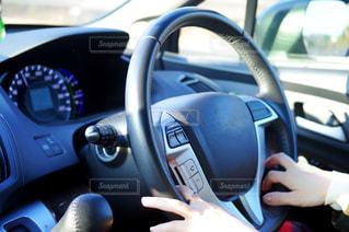 車を運転する人の写真・画像素材[2897925]