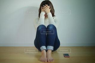 悩む女性の写真・画像素材[3062118]